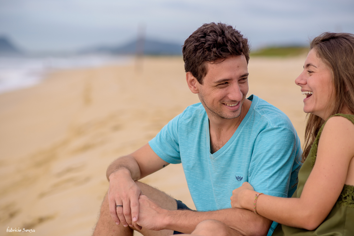 troca de olhares romanticos sentados na areia da praia
