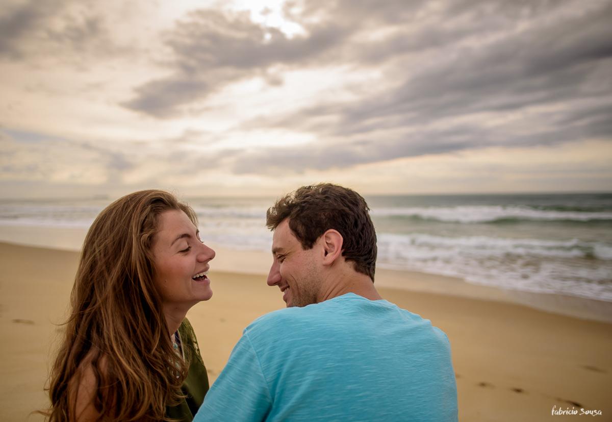 olhares apaixonados na areia da praia do novo campeche em Floripa - pico da cruz