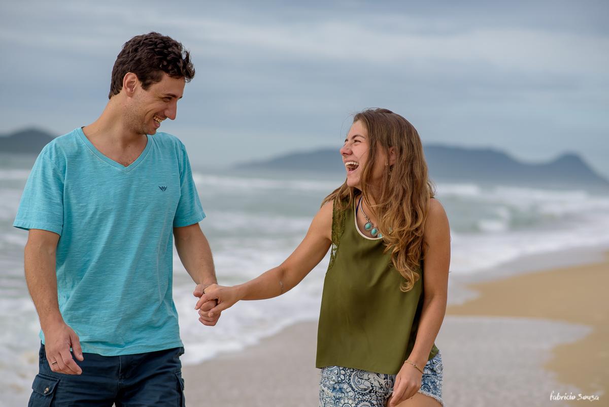 gargalhada da noiva em ensaio pre-wedding na praia do Campeche