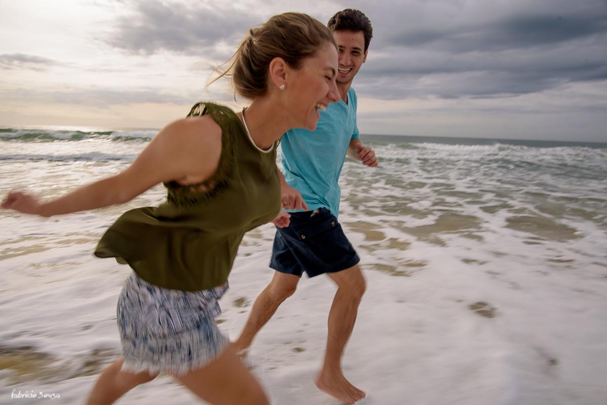 namorados se divertem na beira do mar em Floripa