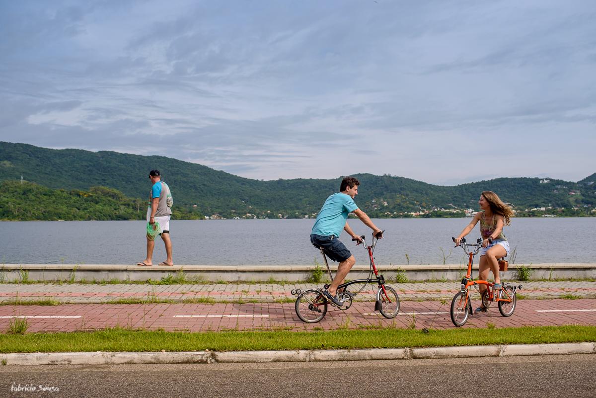 ensaio pre-casamento com bikes dobráveis bromptons em Floripa - pescador na beira da lagoa da conceição