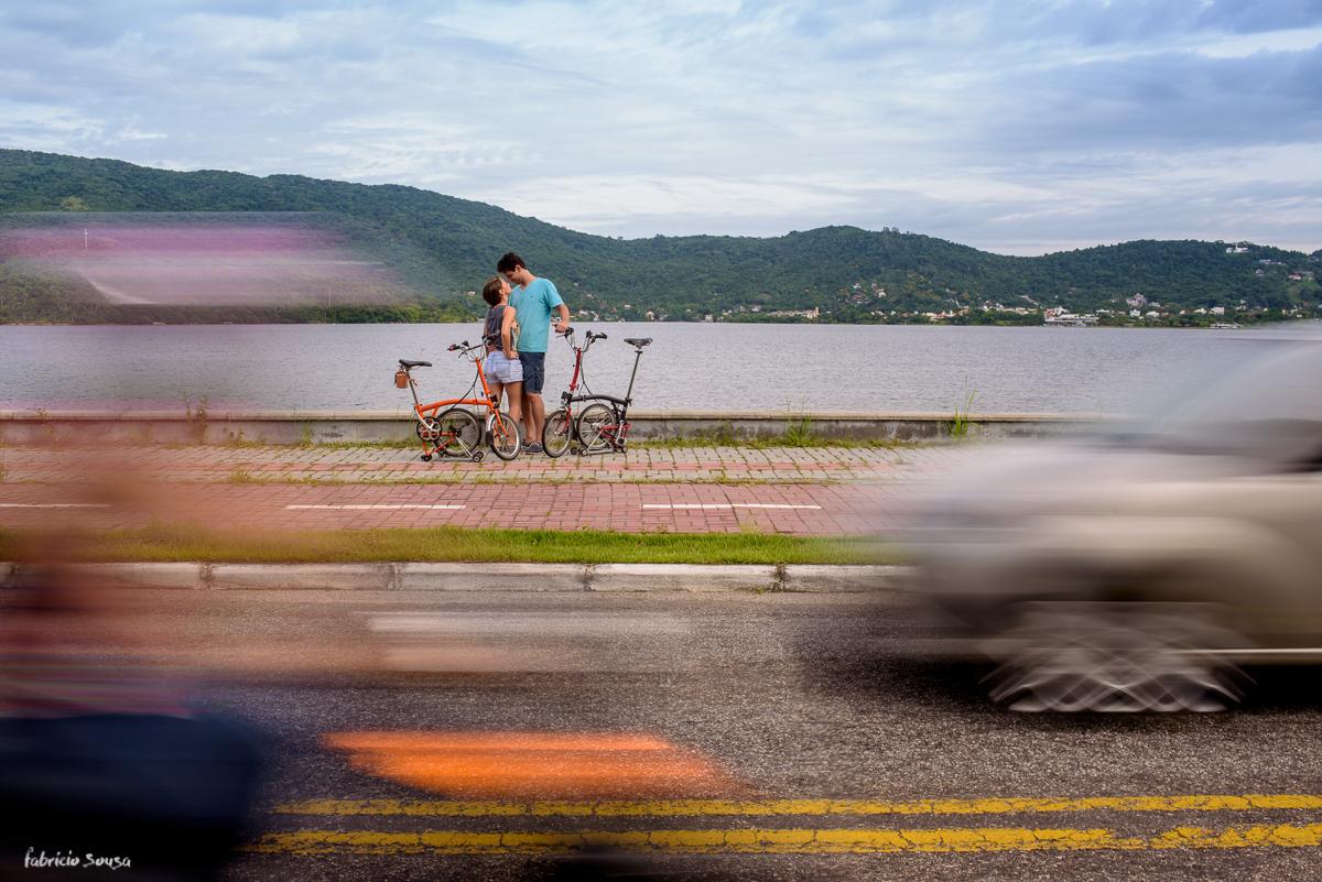 beijo do casal de ciclistas em ensaio pre-casamento com carros passando na avenida osni ortiga lagoa da conceição