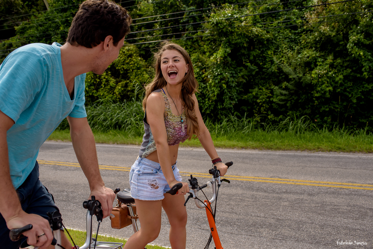noiva animada andando de bike dobrável