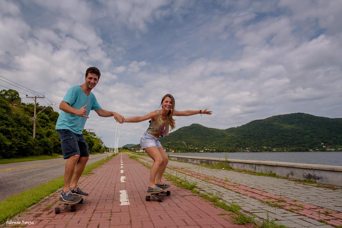 curtição de skate no ensaio pre-casamento de Mariana e Bruno na beira da lagoa