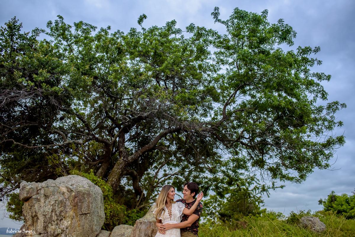 retrato dos noivos na ponta do sambaqui em Florianópolis