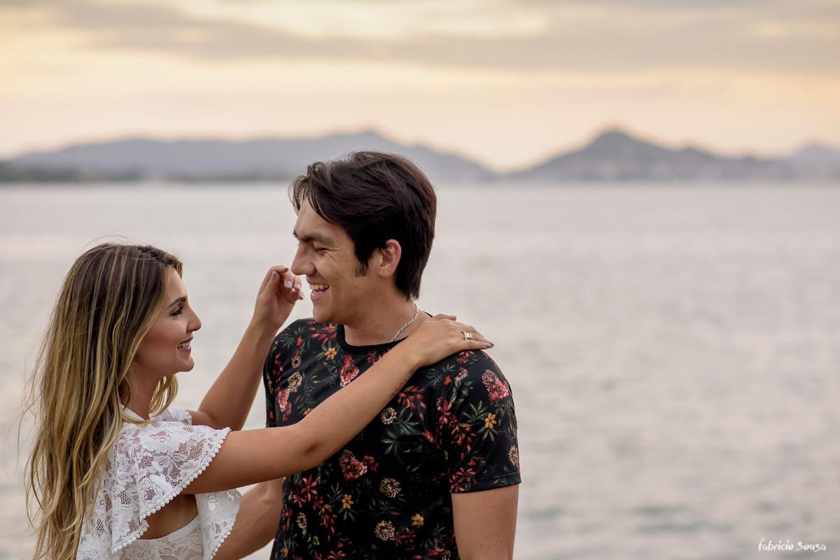 noivos sorridentes no por-do-sol na beira do mar em Floripa - Sambaqui