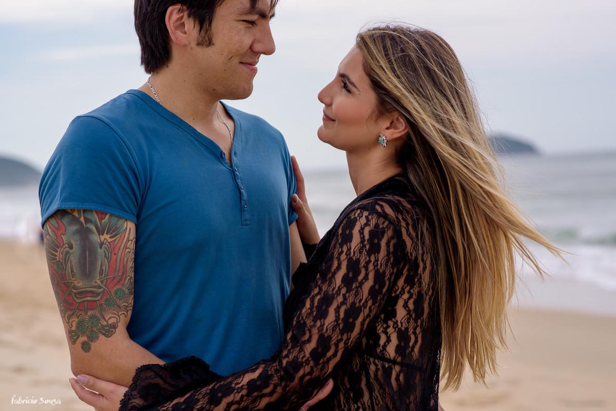 trocar de olhares apaixonados na beira da praia em Florianópolis