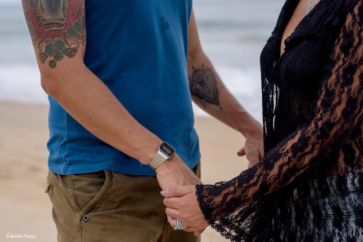 detalhe das mãos com tatuagem no ensaio dos noivos antes do casamento