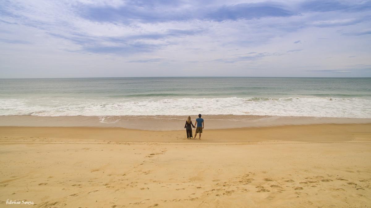 imagem de drone noivos de costas olhando para o oceano atlântico Floripa praia do Moçambique