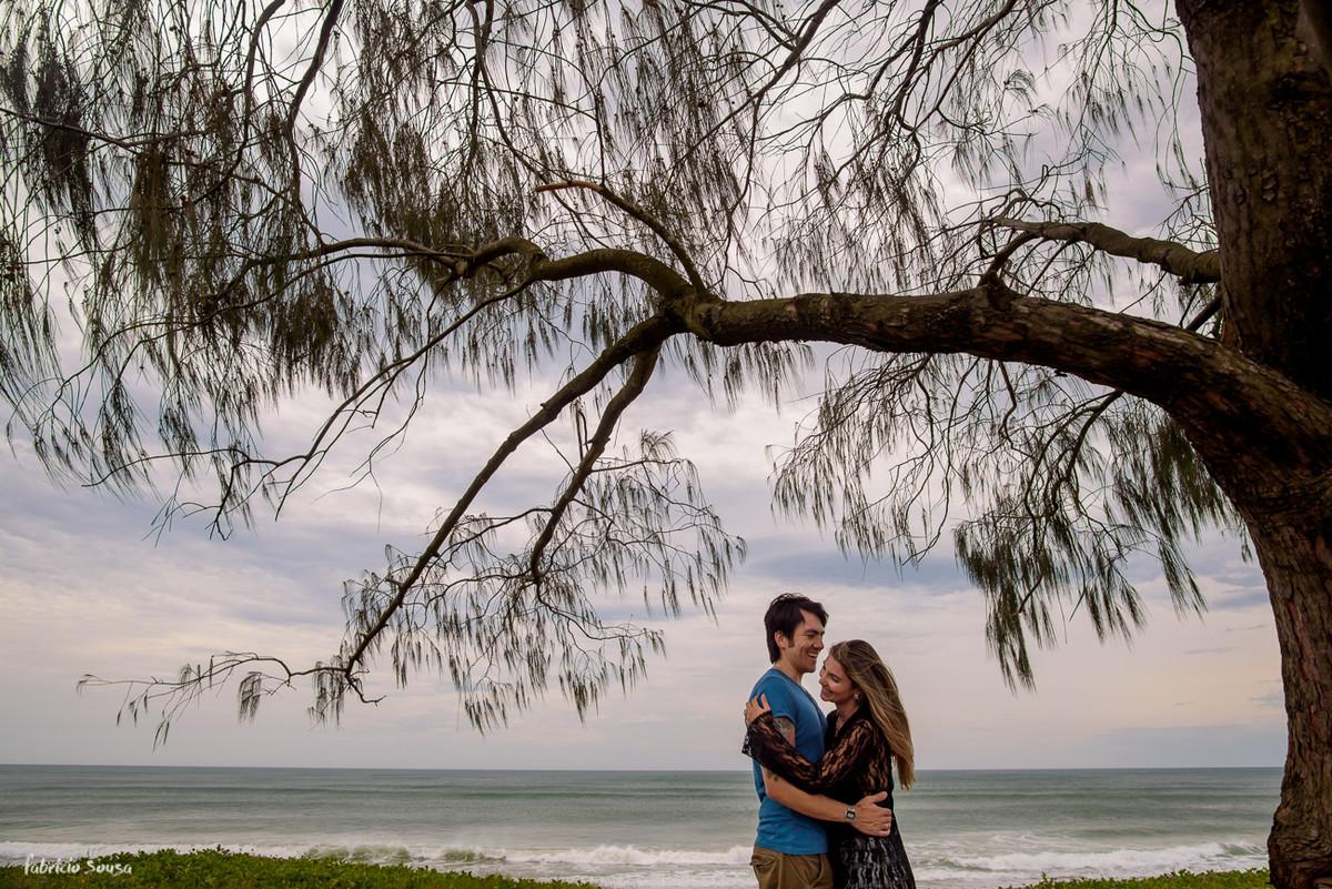 noivos embaixo da árvore na praia em Floripa