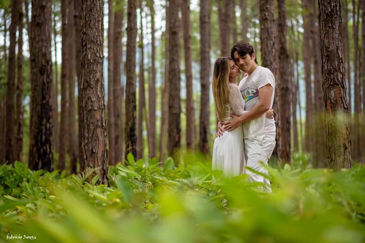 chamego dos noivos no meio do bosque no parque do rio vermelho Floripa em ensaio de casamento
