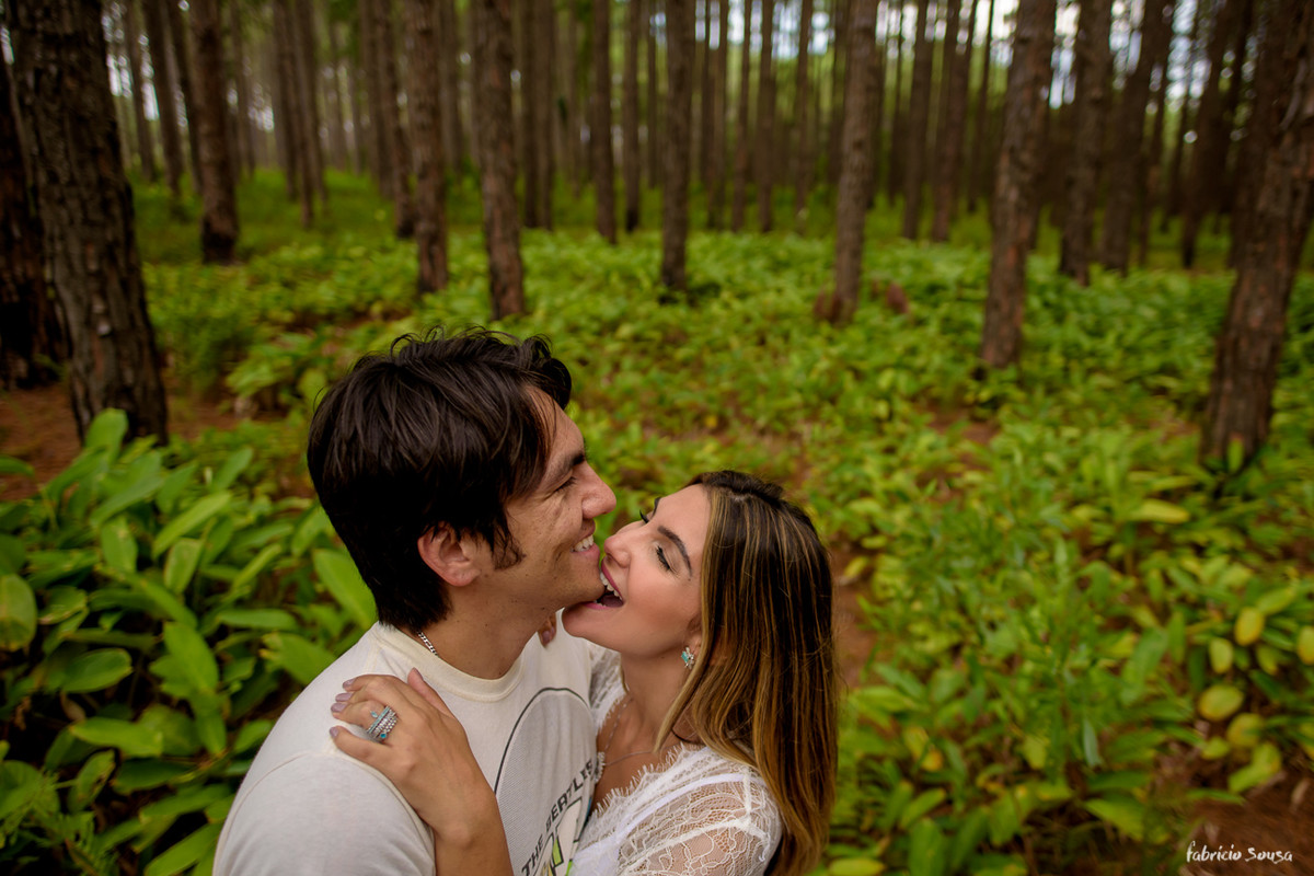 noiva Fernanda morde queixo do noivo Nando Oikawa em ensaio fotográfico em Floripa
