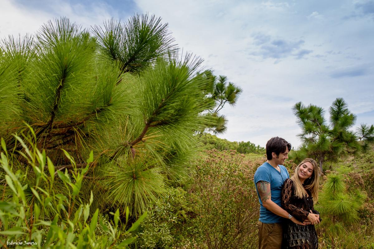 namorados em meio a vegetação do parque estadual do rio vermelho em Florianópolis