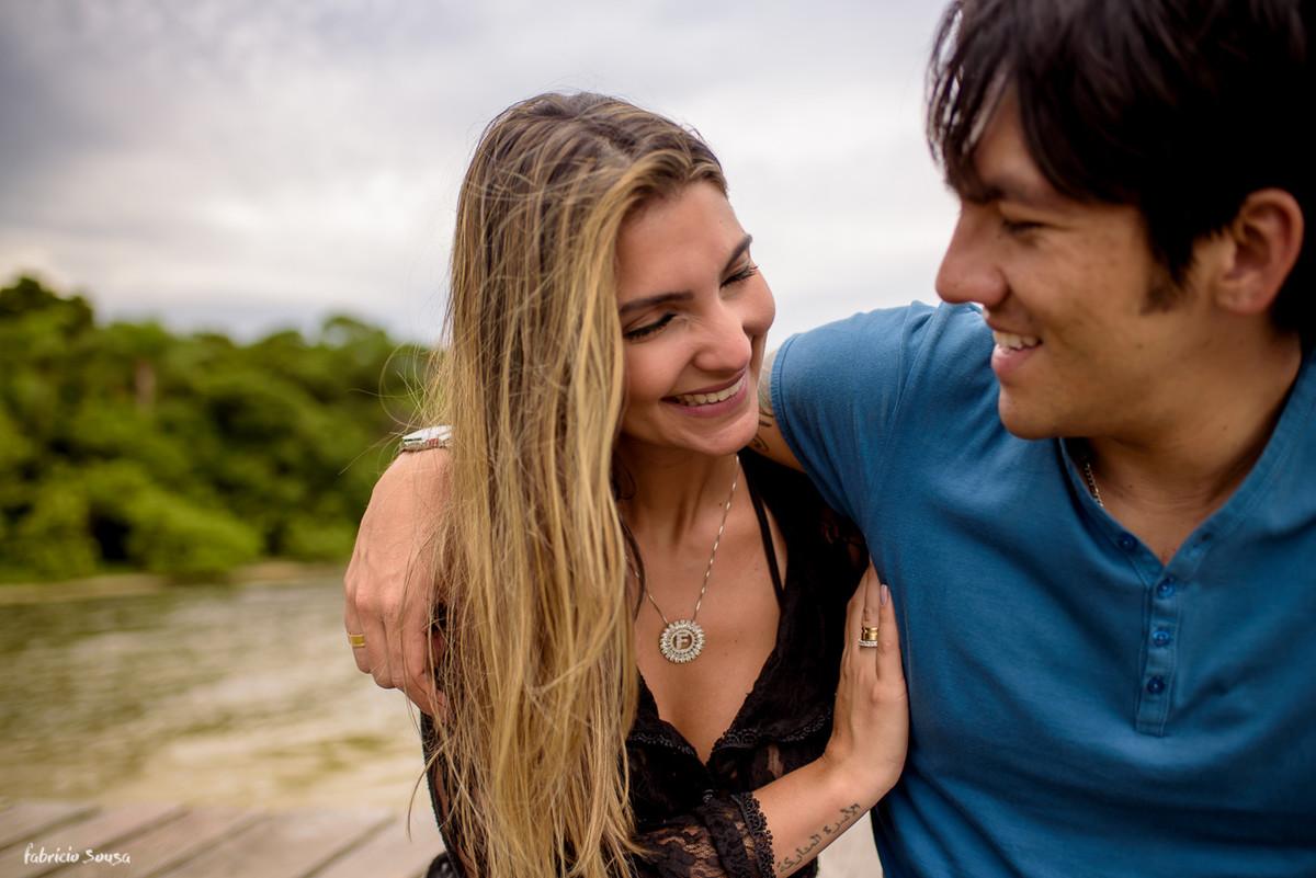 noiva contente em ensaio fotográfico no trapiche da costa da lagoa da conceição - Floripa