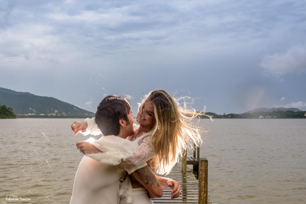 abraço apertado embaixo da chuva na lagoa da conceição Florianópolis