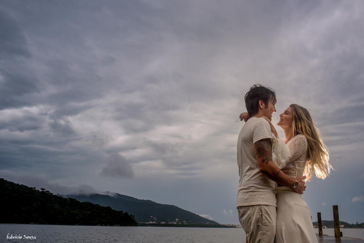 silhueta do casal sob o céu nublado em Floripa