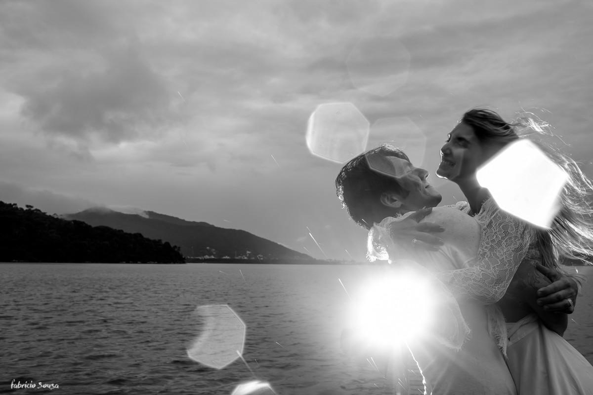 abraço embaixo de chuva no ensaio pre-wedding no trapiche do canto da lagoa da conceição em Florianópolis