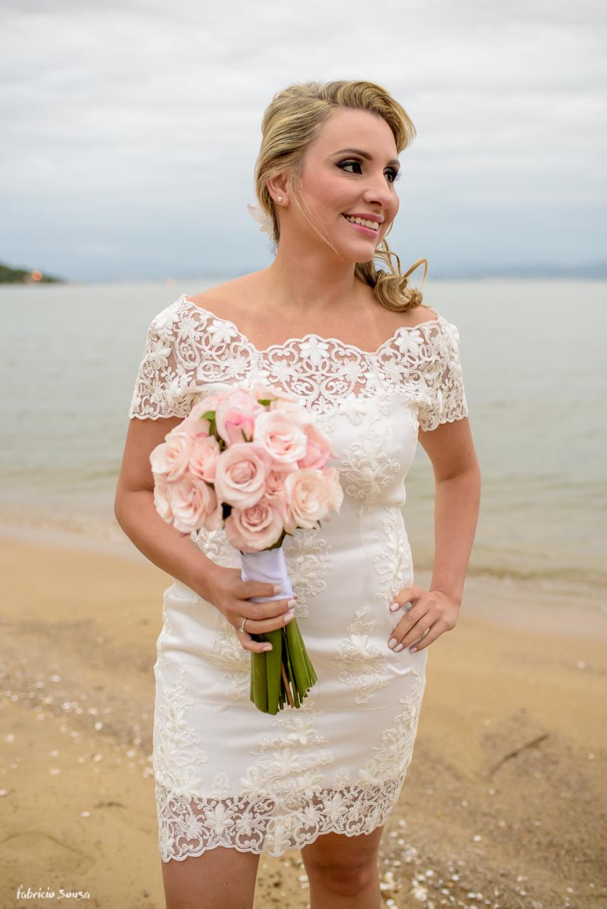 retrato da noiva na praia momentos antes do casamento em Florianópolis - Bistro Bettina Bub