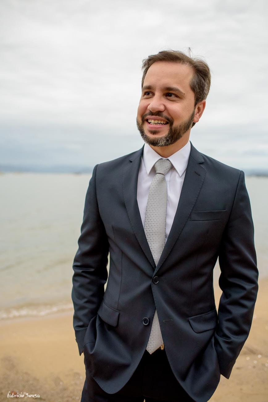 retrato do noivo na praia momentos antes do casamento em Florianópolis - Bistro Bettina Bub