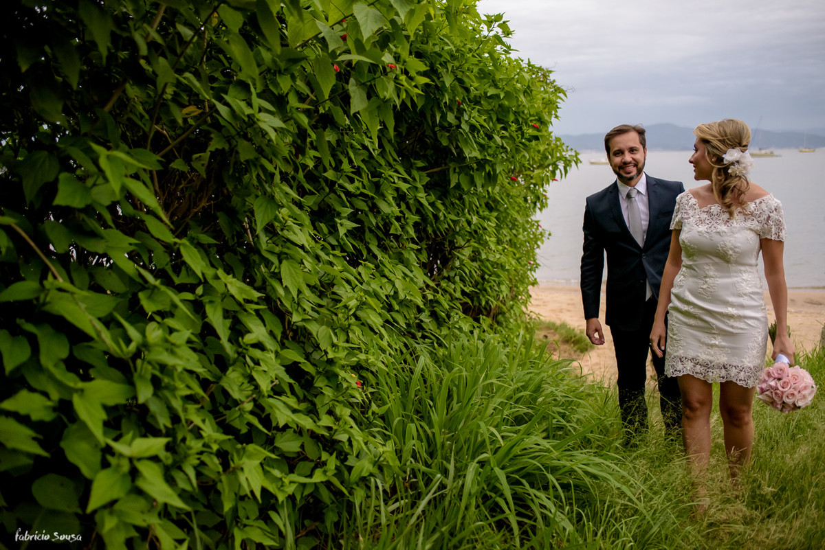 noivos a caminho do altar, antes pararam para fotografar na praia momentos antes do casamento em Florianópolis - Bistro Bettina Bub - Santo Antonio de Lisboa