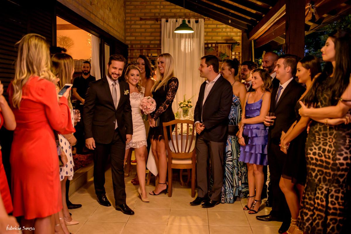 entrada do casal de noivos no seu mini-wedding em meio aos convidados no bistro bettina bub