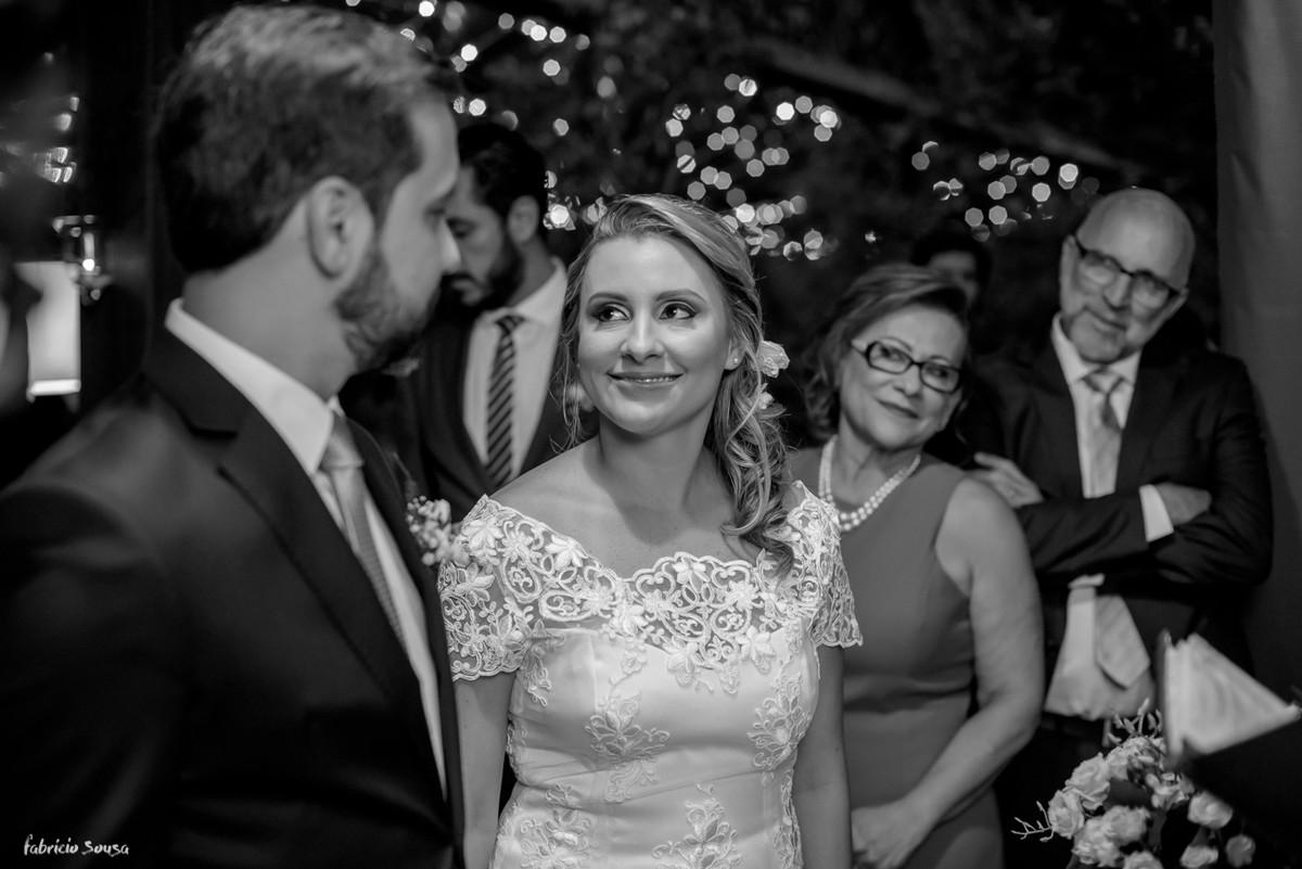 troca de olhares do casal durante a cerimônia íntima do mini-wedding em Santo antonio de Lisboa