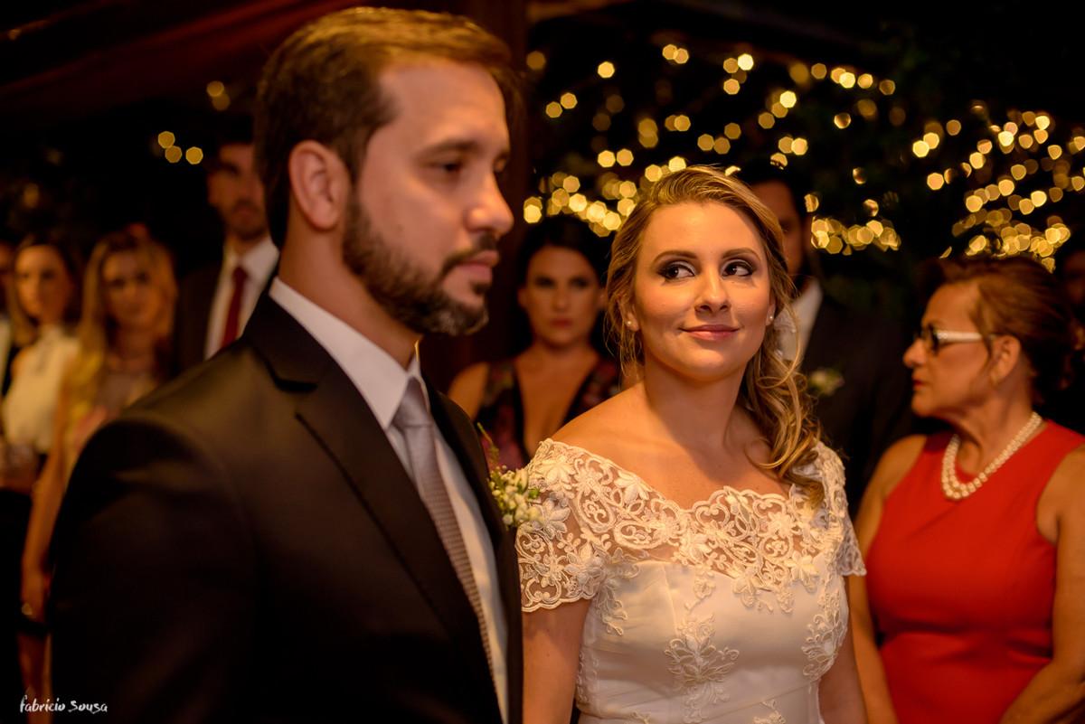 olhar apaixonado da noiva Ciça para seu amado Enio durante celebração de casamento civil no Bistro Bettina Bub