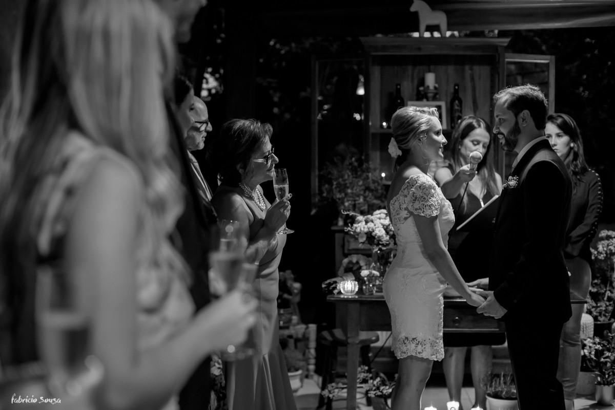 convidados assistem e aguardam o brinde do casal recem-casado em mini-wedding na praia de Santo Antonio de Lisboa