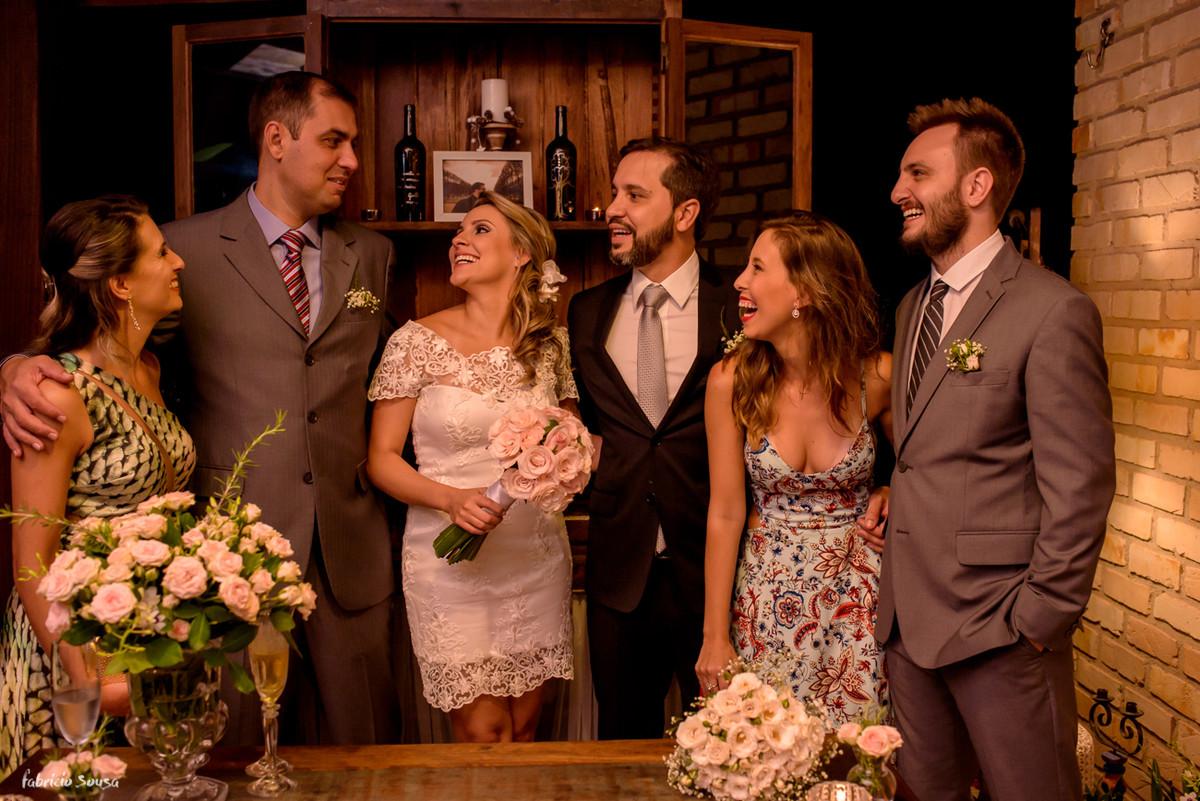 os retratos descontraídos de família no mini-wedding