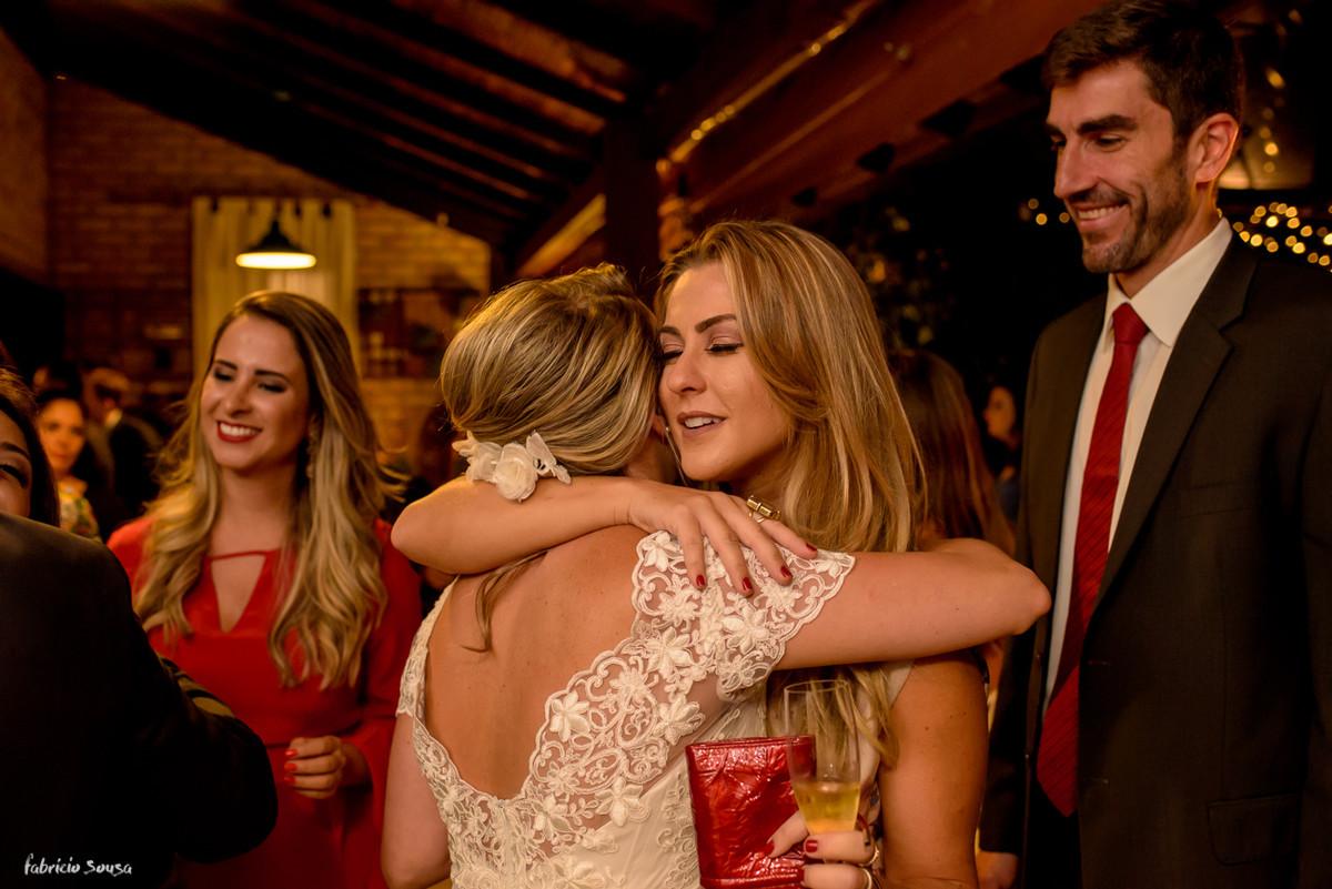 abraço da amiga na noiva dando os parabéns pelo casamento - mini-wedding no Bistro Bettina Bub