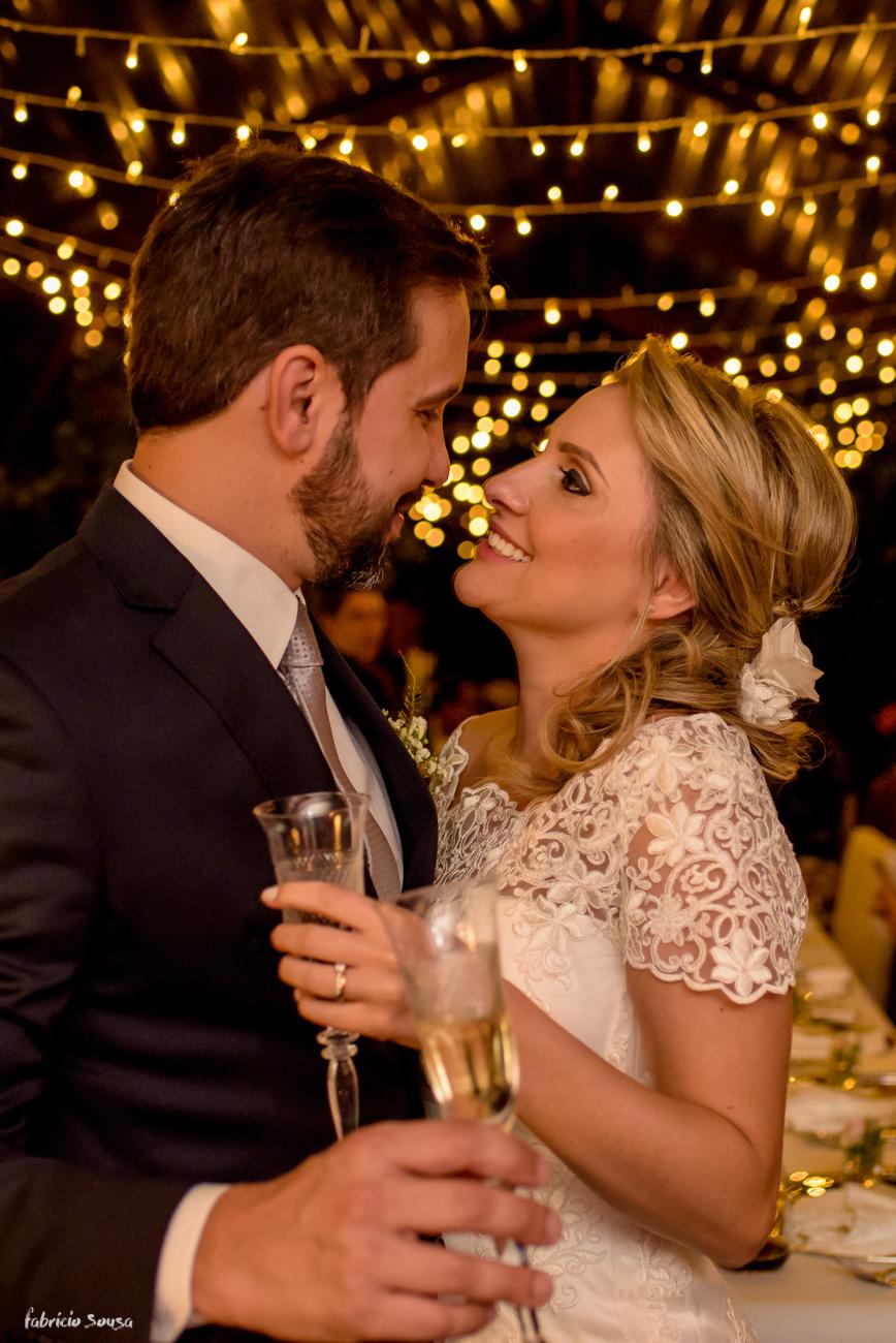 noivos recem casados de olham com fundo de luzinhas na bela decoração da Casa Branca Eventos - Florianópolis