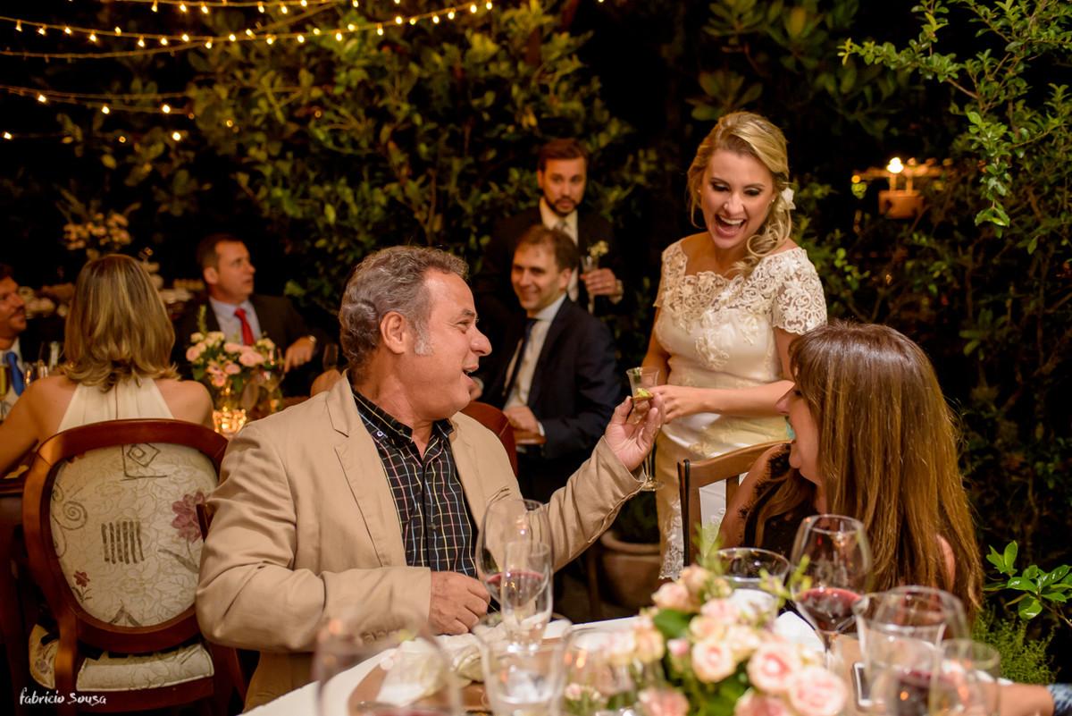 descontração da noiva no seu casamento íntimo no Caminho dos Açores