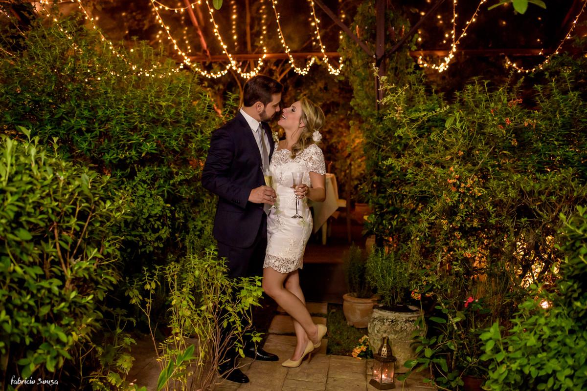 retrato do casal com belíssima decoração Casa Branca Eventos - Floripa