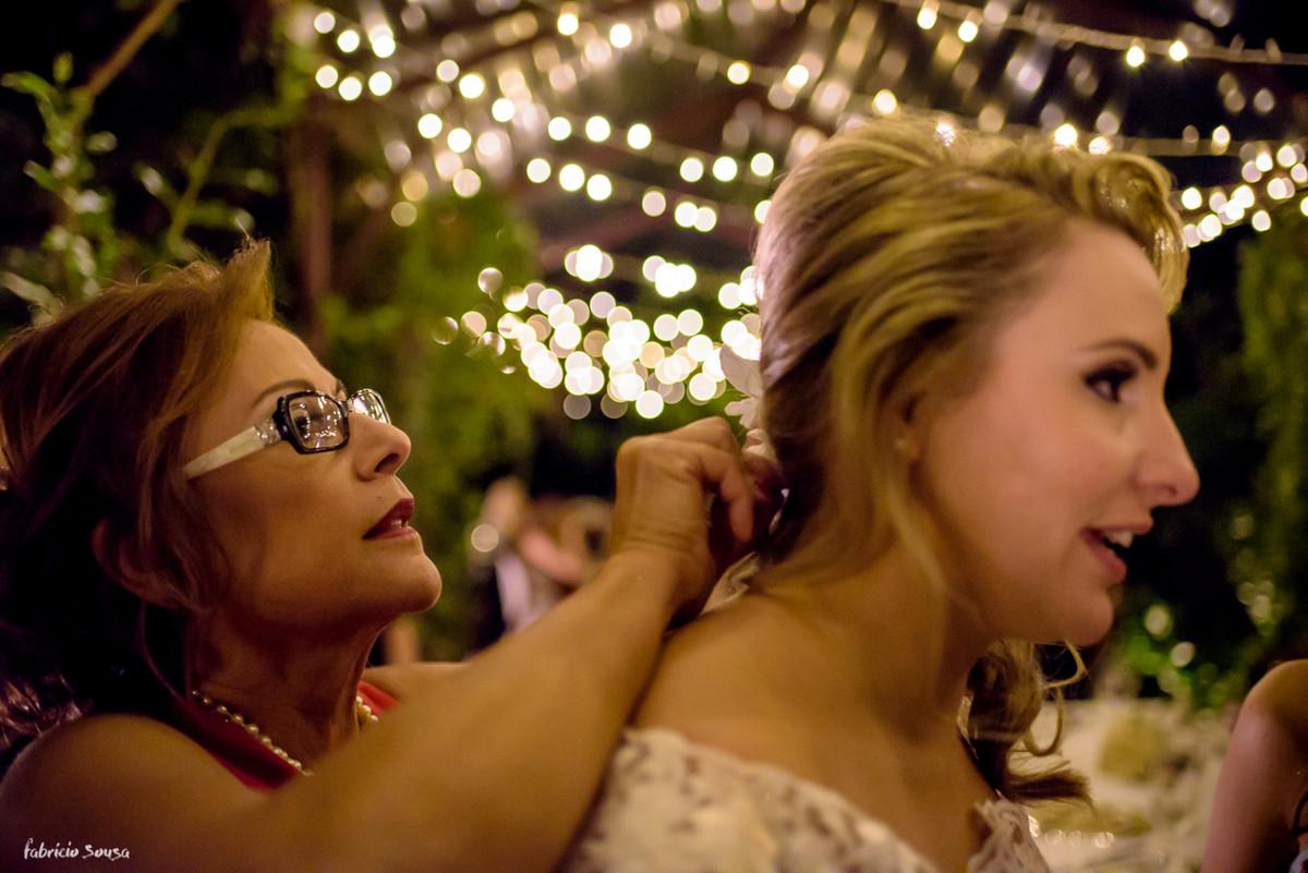 mãe da noiva ajusta o penteado durante sua festa de casamento - mini-wedding instimista