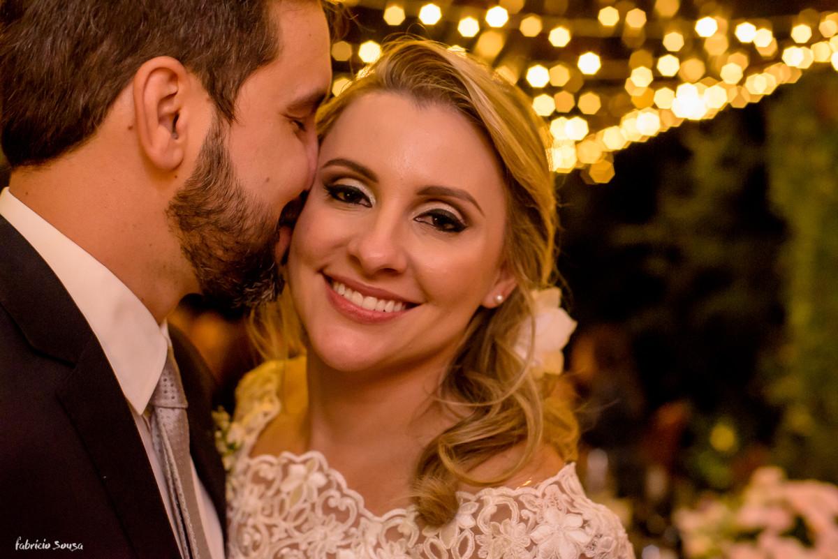 noiva super feliz e sorridente recebe chamego do noivo em mini-wedding em Floripa - Bistro Bettina Bub