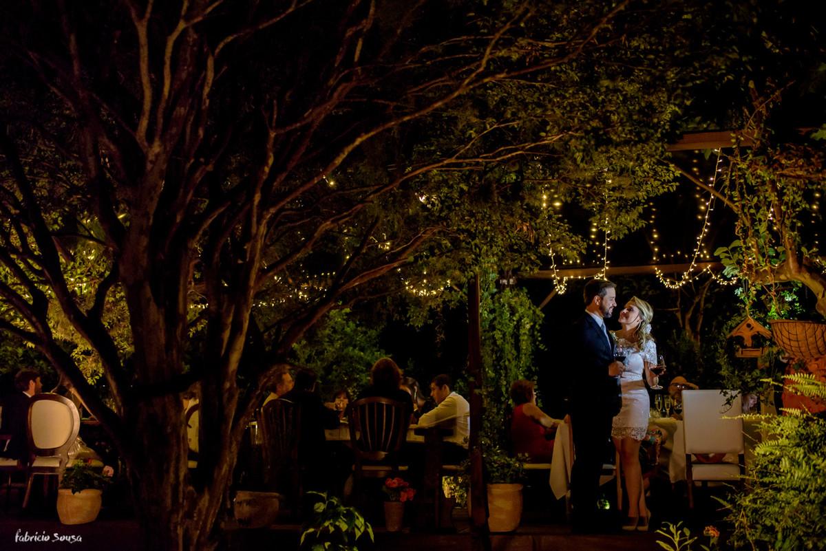 casal bebendo vinho e celebrando a união no casamento intimista no jardim do bistro