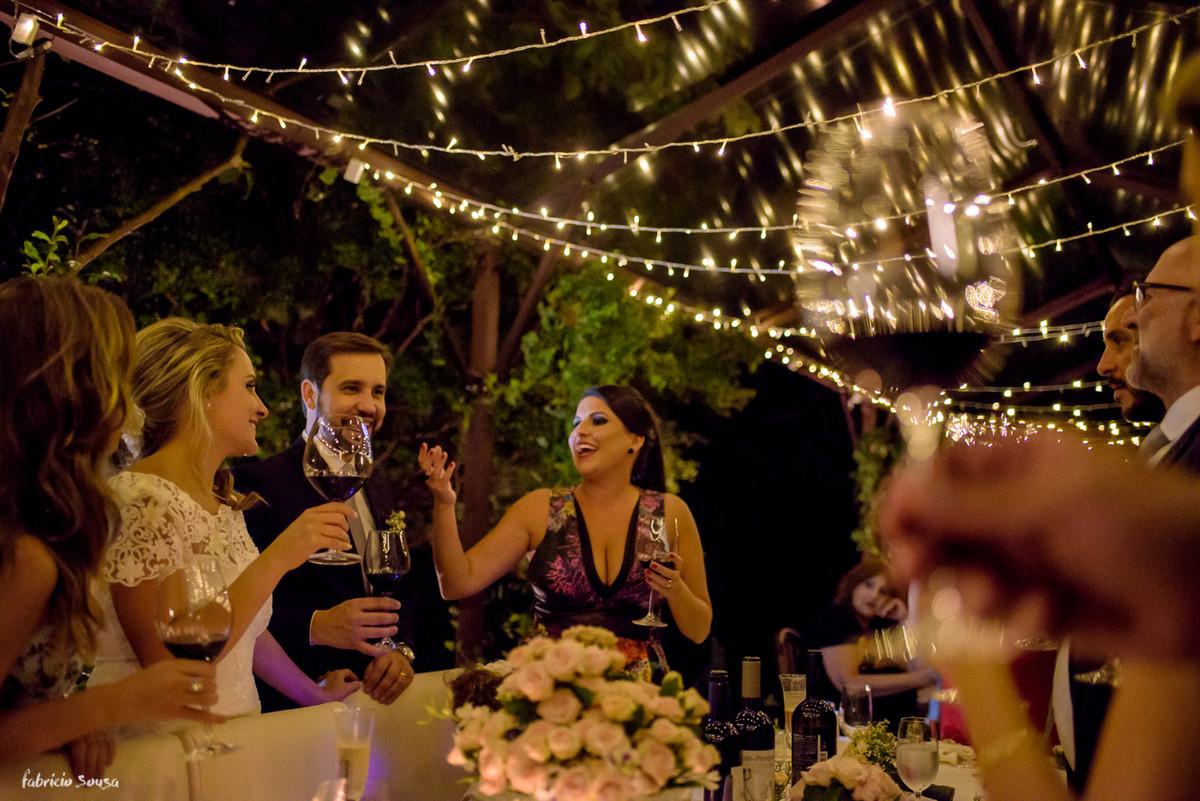 descontração na hora do brinde - madrinha e irmã da noiva discursa