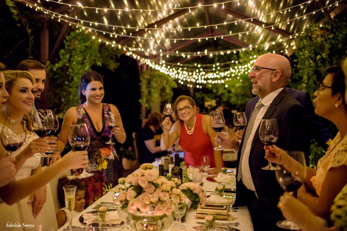 pai da noiva discursa para o brinde do casal no mini-wedding com belíssima decoração Casa Branca Eventos