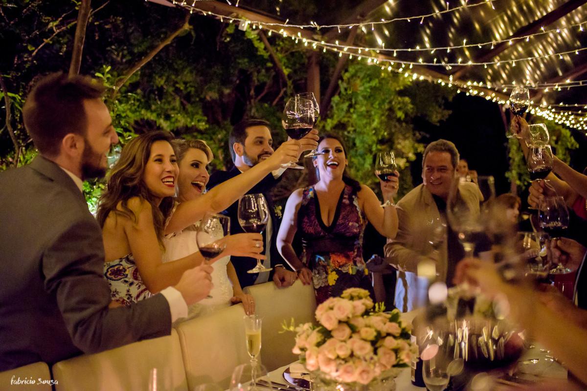 alegria no brinde da família no casamento