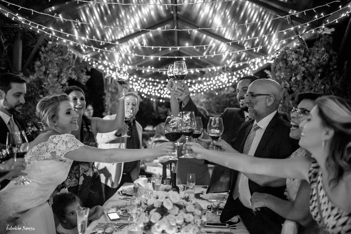 brinde dos noivos com a família durante o mini-wedding