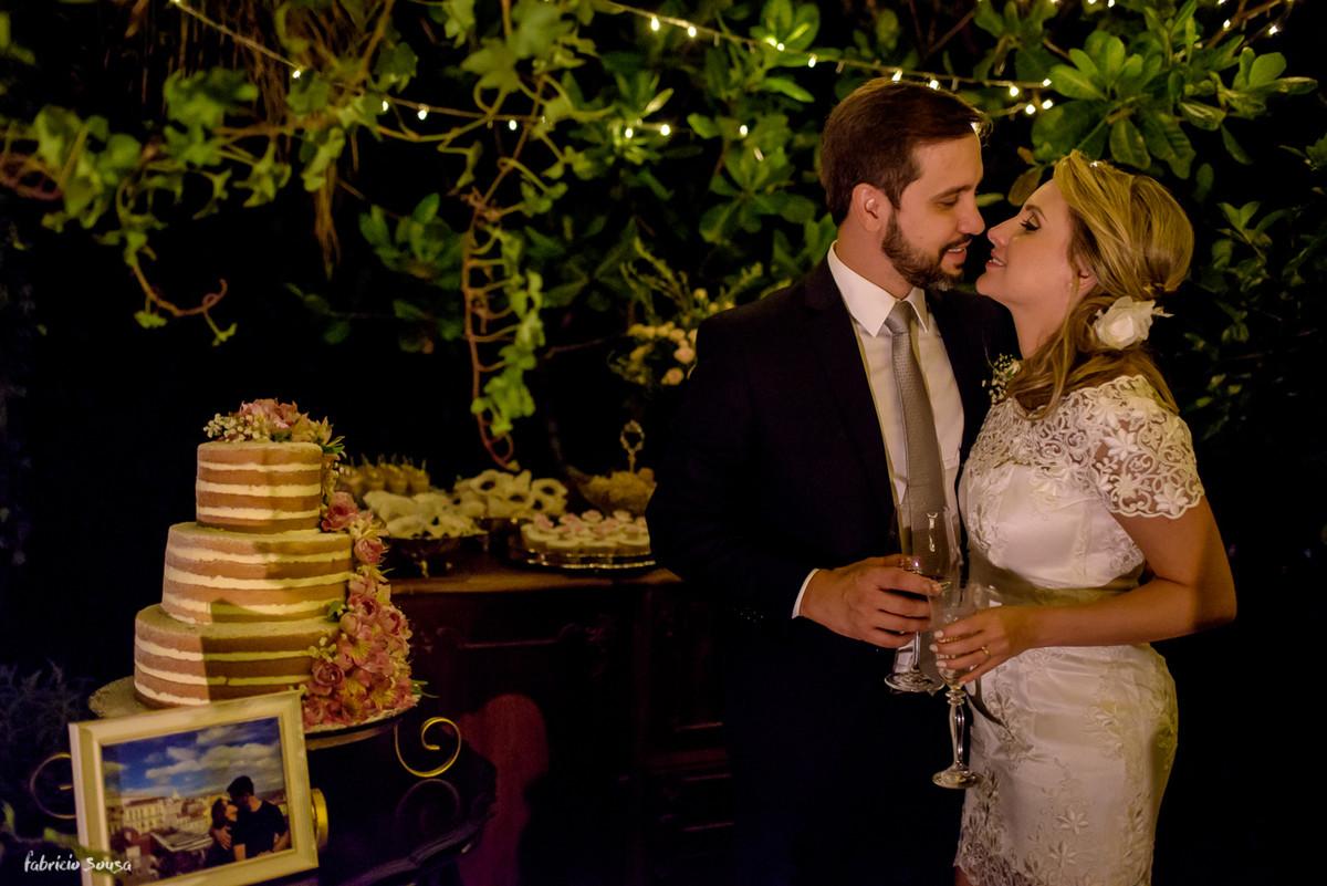 retrato do casal em frente a mesa de doces Bruna Doces com bolo Ana Petryna