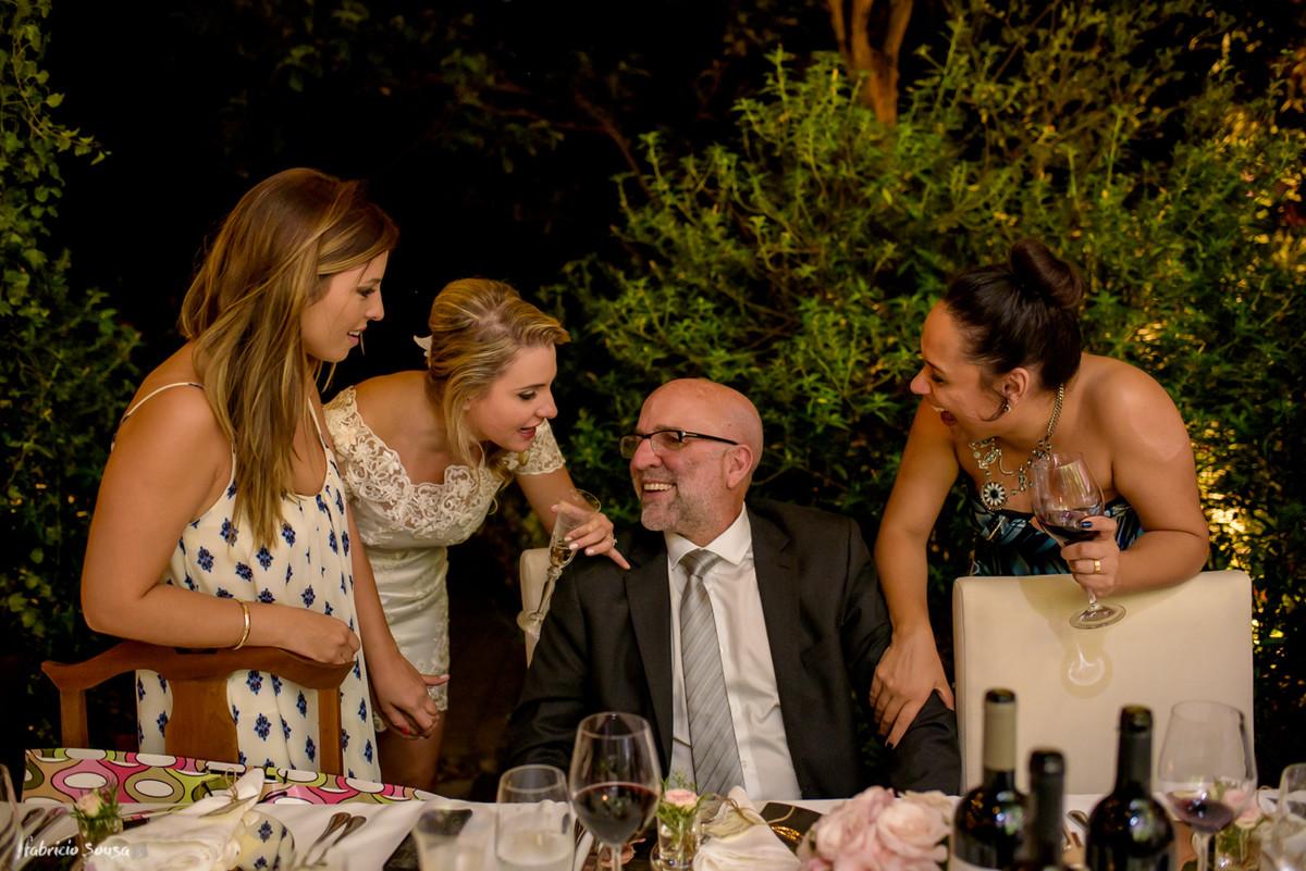 noiva conversa com pai durante festa de casamento no Bistro Bettina Bub