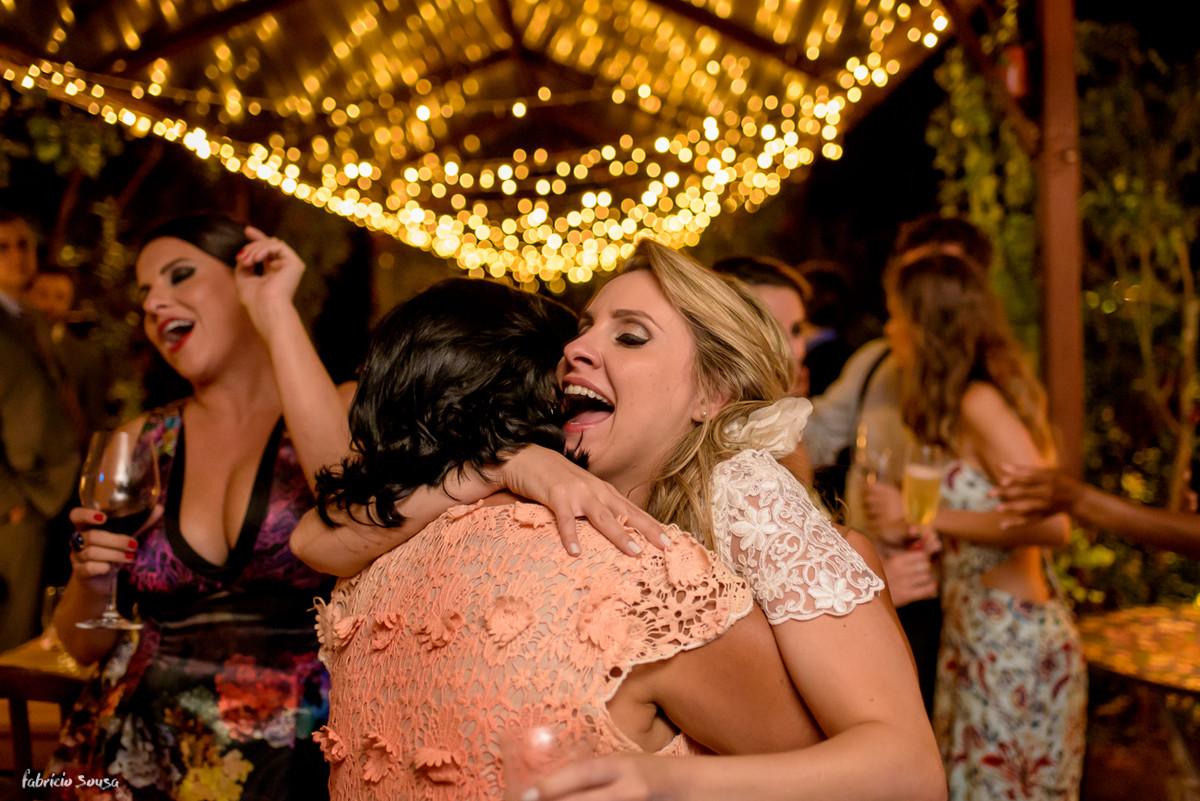 noiva vibra com sogra na pista em seu casamento em Santo Antonio de Lisboa
