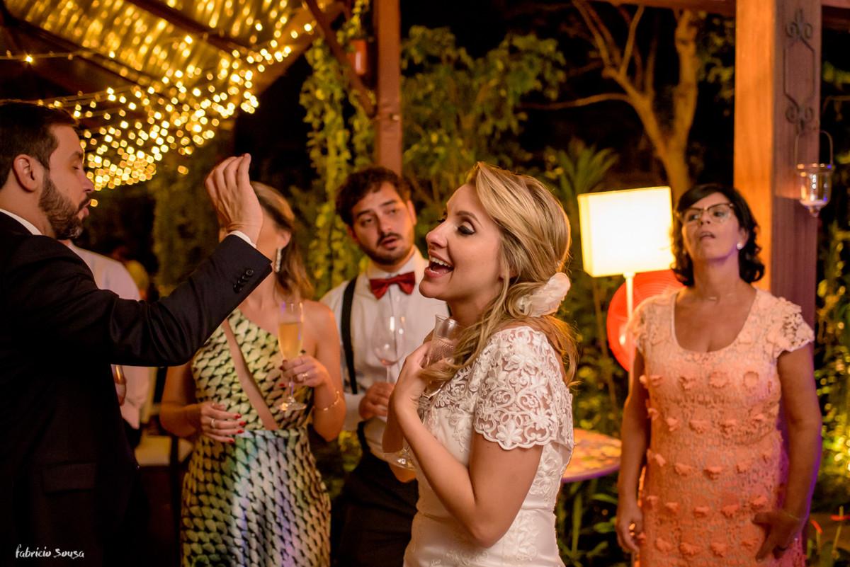 noiva cantando e dançando na pista de dança no Bistro - mini-wedding em Floripa