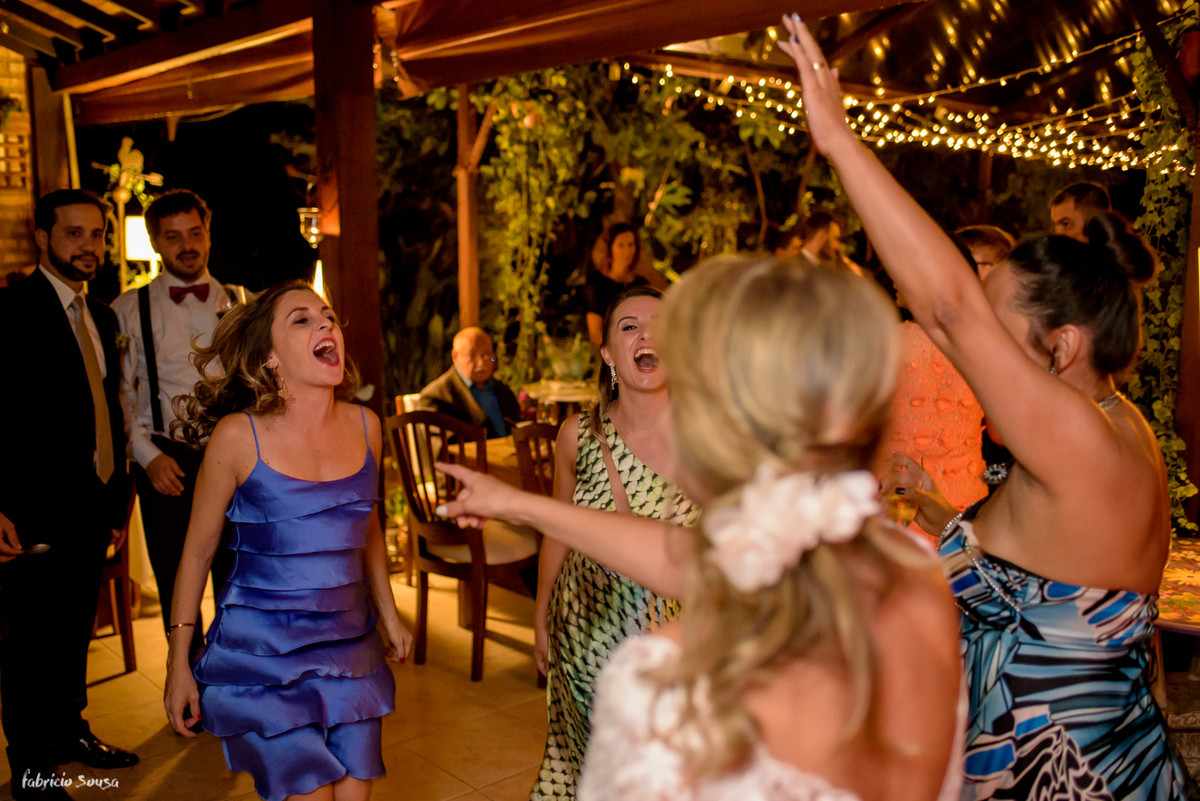amigas da noiva super animadas cantam e dançam na pista