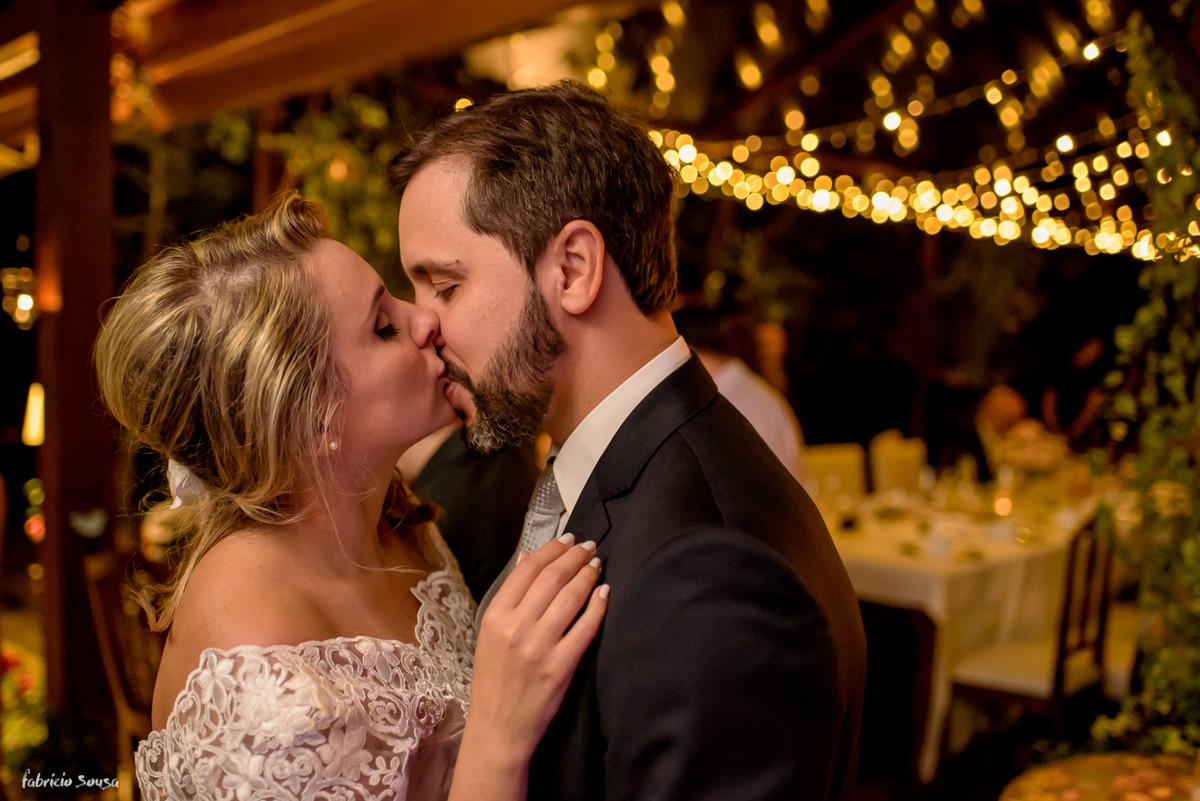beijo do casal na pista de dança em Florianópolis