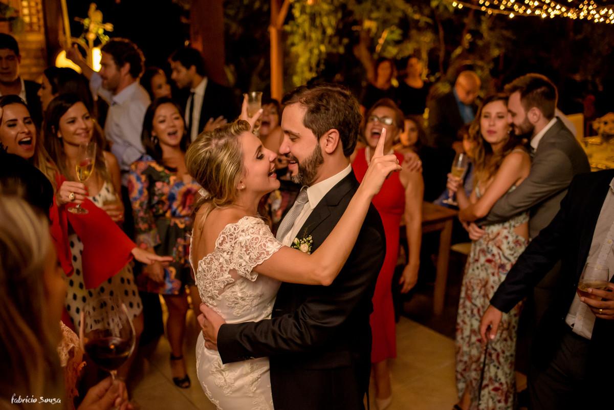 noiva canta e se diverte com seu marido na festa do mini-wedding em Santo Antonio de Lisboa