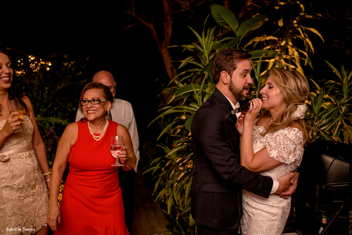 noivos se divertindo e cantando na sua festa de casamento intimista - mini-wedding