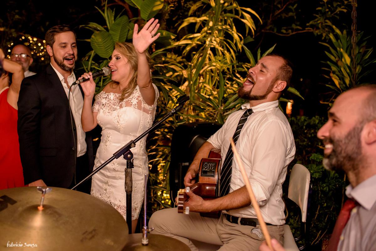 noivos se divertindo e cantando na sua festa de casamento intimista - mini-wedding em Santo Antonio de Lisboa - Bistro Bettina Bub