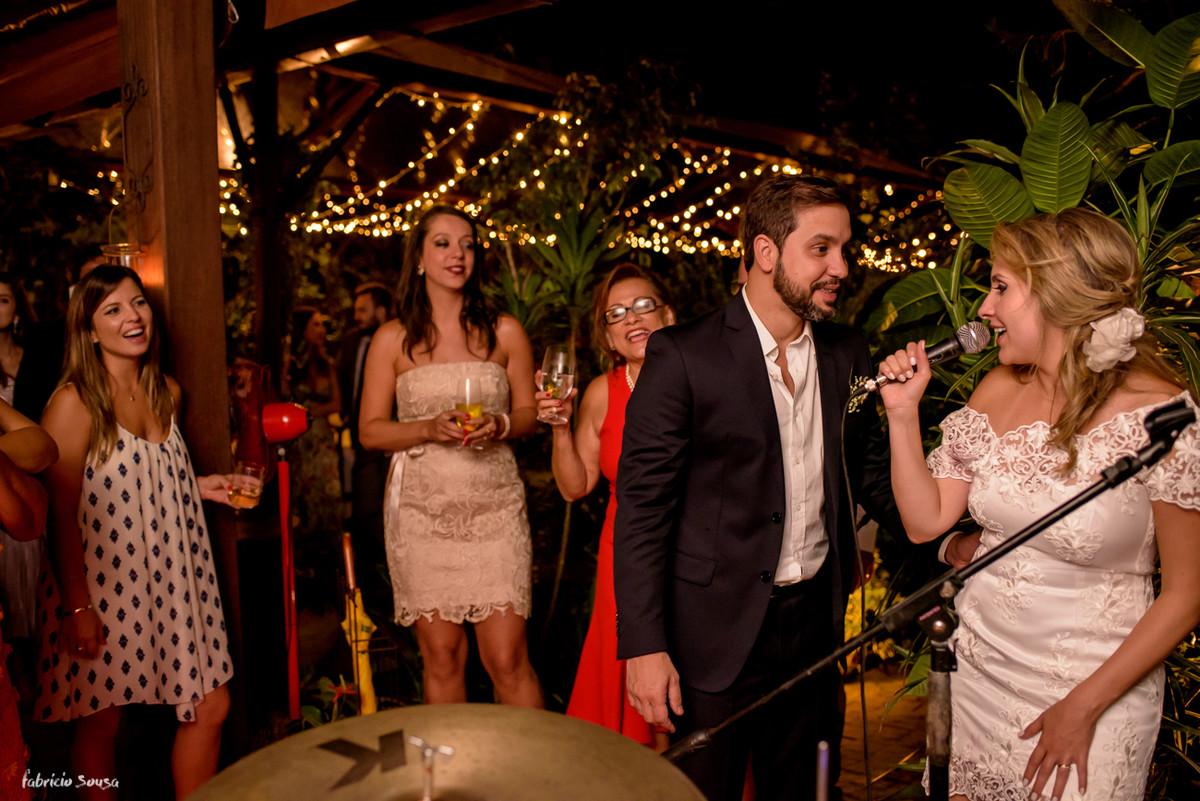 noiva se divertindo e cantando na sua festa de casamento intimista - mini-wedding
